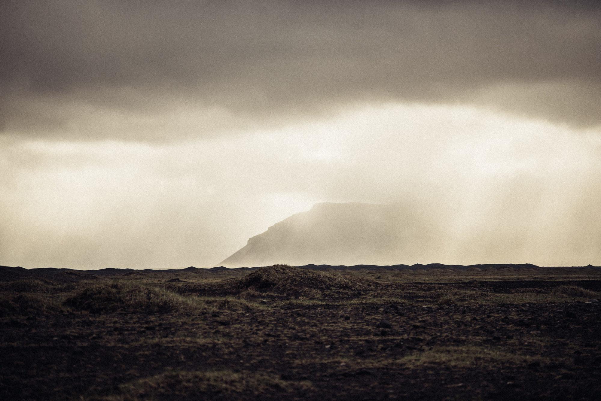 Atemberaubende Landschaft mit Regen Sonne und einem Berg auf Island